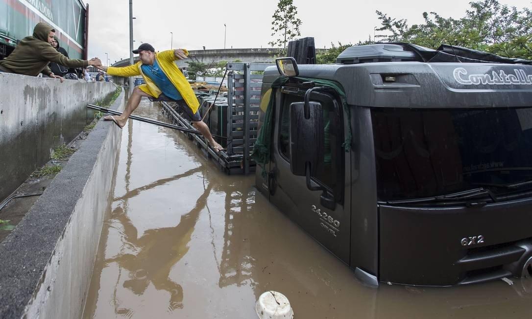 em 30 anos, chuvas causam ainda mais transtornos em SP