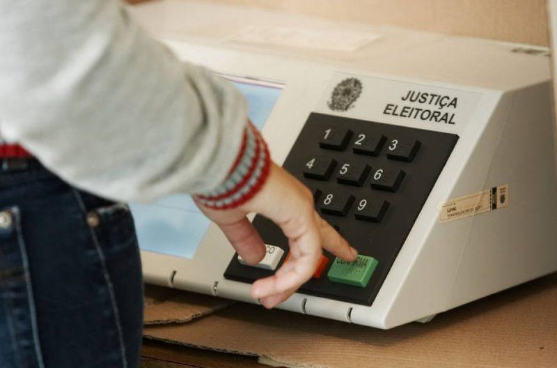 licitação atrasada impede empresa vencedora de entregar urnas eletrônicas a tempo